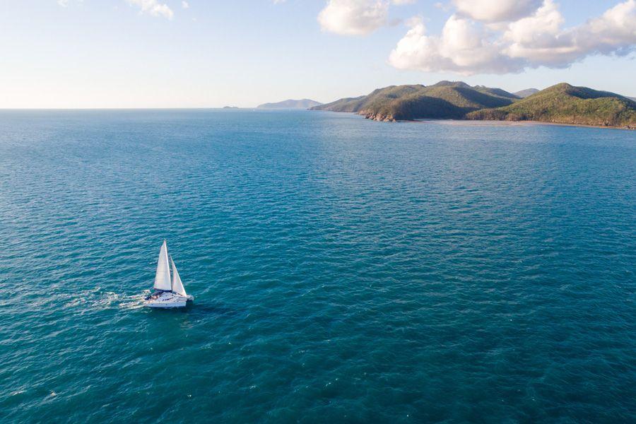 Whitsunday Blue Sailing through the Whitsunday Islands, authentic Sailing catamaran
